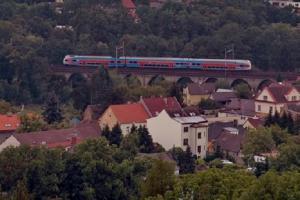 Železniční viadukt Děvět kanálů se nachází v Úvalech