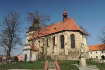 Kostel Stětí svatého Jana Křtitele v Libčevsi je výraznou dominantou obce