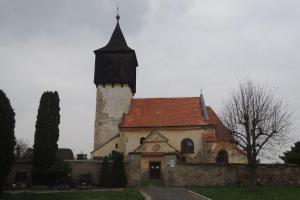 Kostel sv. Martina stojí osamělý uprostřed polí