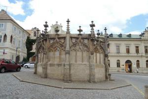 Kamenná kašna v Kutné Hoře patří ke skvostům pozdní gotiky