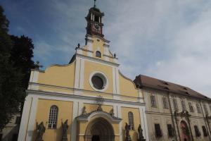 Kostel Nanebevzetí Panny Marie zdobí  nádherný vstupní portál