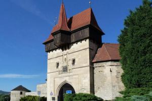 Žatecká brána je jedinou dochovanou branou v Lounech