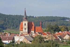 Kostel sv. Máří Magdalény ve Chvalšinách patří k vrcholným dílům rožmberské huti