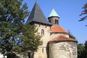 Kostel Narození Panny Marie v Holubicích je dílem doksanské huti