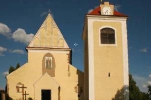 Kostel sv.Mikuláše Benešově zdobí sochy Matyáše Bernarda Brauna