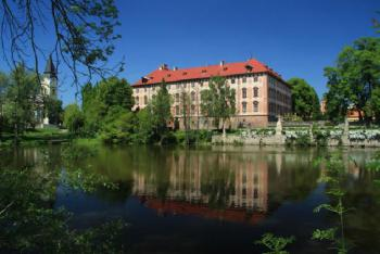 Zámek Libochovice je barokní perla na břehu řeky Ohře.