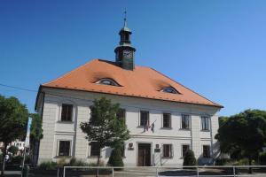 Radnice v Dobříši je centrem náměstí