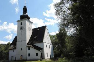 Kostel Narození Panny Marie je jediná dochovaná stavba v Cetvinách