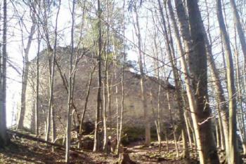 Zřícenina hradu Strádov stojí na vysokém skalnatém ostrohu