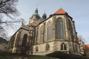 Kostel sv. Petra a Pavla v Mělníku stojí jako dominanta nad soutokem Labe a Vltavy