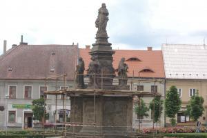 Mariánské sousoší v Doksech je ozdobou náměstí