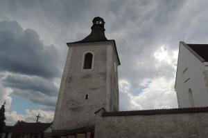 Zvonice u kostela sv. Petra a Pavla v Obratani byla postavena v 15-16.století