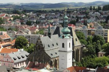 Bílá věž v Klatovech se vypíná vedle kostela Narození Panny Marie