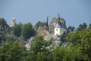 Zřícenina hradu Vranov – Pantheon se vypíná nad řekou Jizerou
