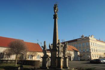 Náměstí v Sadské zdobí mariánský sloup