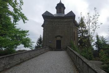 Kaple Hvězda dominuje hřebenu Broumovských stěn