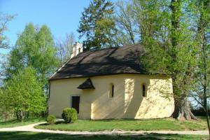 V areálu zámku Červená Lhota se nalézá kostelík Nejsvětější Trojice