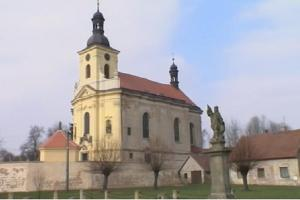 Kostel ve Veliši se vyznačuje nevšední pohledovou souhrou