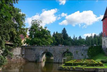 Kamenný most nahradil původní dřevěný most k zámku Červená Lhota