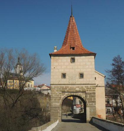 Mostní brána ve Stříbře je druhou dochovanou stavbou tohoto typu u nás