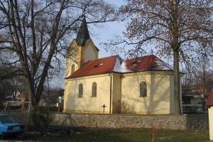 U kostela Nanebevzetí Panny Marie v Kytíně se nachází údajně zázračná studánka