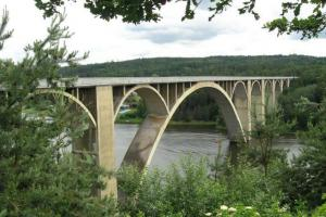 Železobetonový obloukový most v Podolsku - brána do nebes