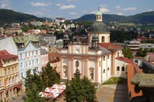 Kostel Povýšení sv. Kříže v Děčíně připomíná slohově vatikánský chrám sv. Petra