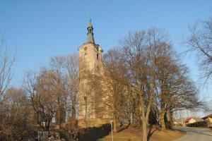 Kostel sv. Petra a  Pavla je dominantou obce Bernartice