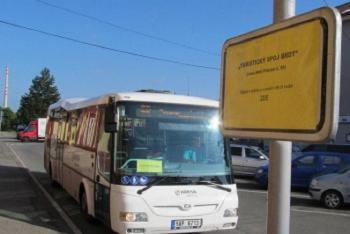 Turistický autobus do Brd má nově zastávku před vlakovým nádražím