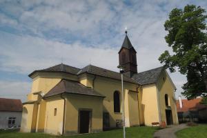 Kostel Nejsvětější Trojice v Chlumci nad Cidlinou je nejstarší stavbou města