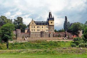Zámku ve Zruči nad Sázavou předcházel gotický hrad