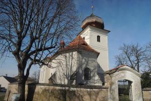 Stěnu kostela sv. Kateřiny ve Višňové zdobí sluneční hodiny