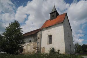 Kaple sv. Martina v Dobešově je pozoruhodná svým nevšedním stavebním vývojem