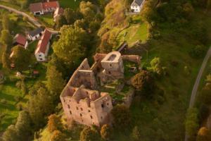 Hrad Krakovec reprezentuje jeden z vrcholů vývoje české hradní architektury 14. století.