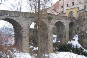 Jeden z nejmohutnějších českých kamenných hradních mostů je v Ledči
