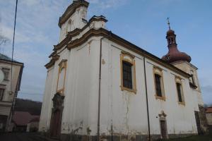 Kostel sv. Vavřince v Kostomlatech má románský původ
