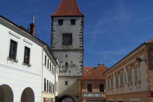 Jediná dochovaná brána v Mělníku je Pražská brána