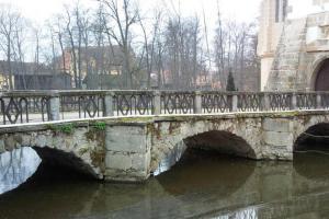 Přes most vede cesta do zámku Blatná