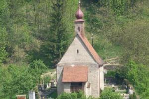 Kostel sv. Václava na Dolním Čepí se zachoval v mimořádně středověké podobě