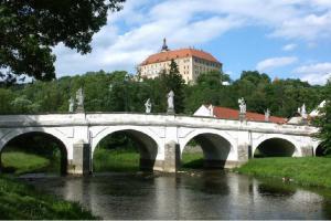 Most v Náměšti nad Oslavou se nazývá malým moravským Karlovým mostem