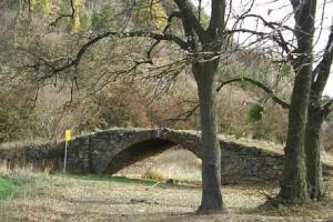 Pod Kněží Horou stojí most na suchu