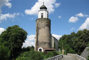 Z hradu Frýdberk se zachovala jen mohutná válcová věž, využitá dnes jako zvonice kostela