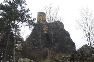 Na vysokém čedičovém suku stojí hrad Kamýk