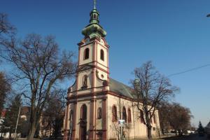 Kostel sv.Andělů strážných ve dominantou náměstí v Kostelci nad Černými Lesy