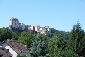 Zámek Vranov stojí v dominantní poloze nad Dyjí