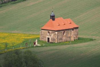 Kostel sv. Petra a Pavla v Dolanech stojí zcela o samotě v údolí Mže