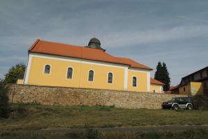 U kostela sv.Petra a Pavla ve Zdislavicích stojí zajímavá kostnice