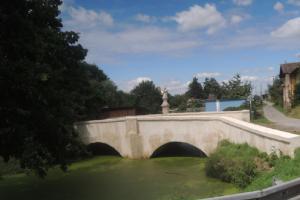 Barokní silniční mostek stojí v obci Zliv