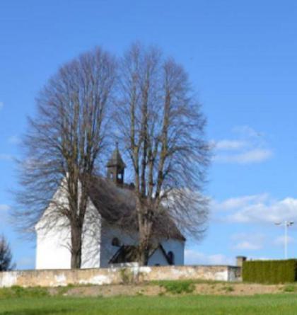 Osamělý kostel sv.Kateřiny stojí za vsí Jeníkov