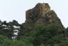 Hrad Kamýk stojí na vysokém čedičovém suku
